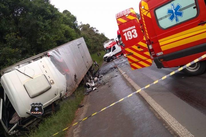 Duas pessoas morrem em grave acidente entre van e caminhão