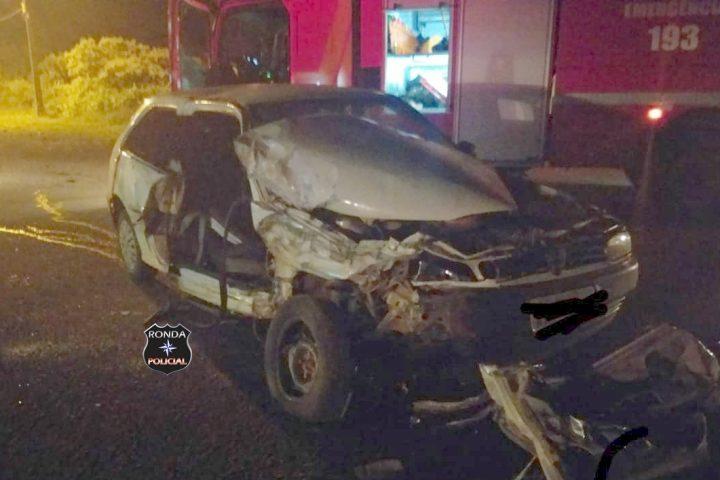 Mulher fica presa às ferragens após violenta colisão entre carro e caminhão durante a madrugada na 282