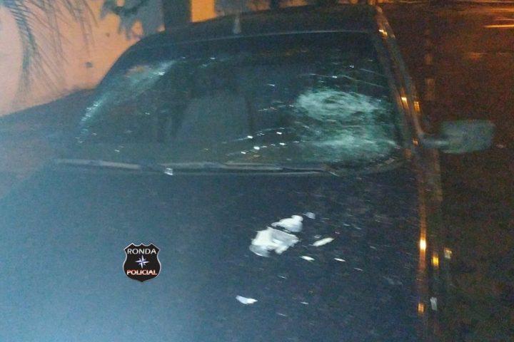 Armado de facão jovem danifica residência e veículo para tentar acabar com algazarra de vizinhos e acaba preso