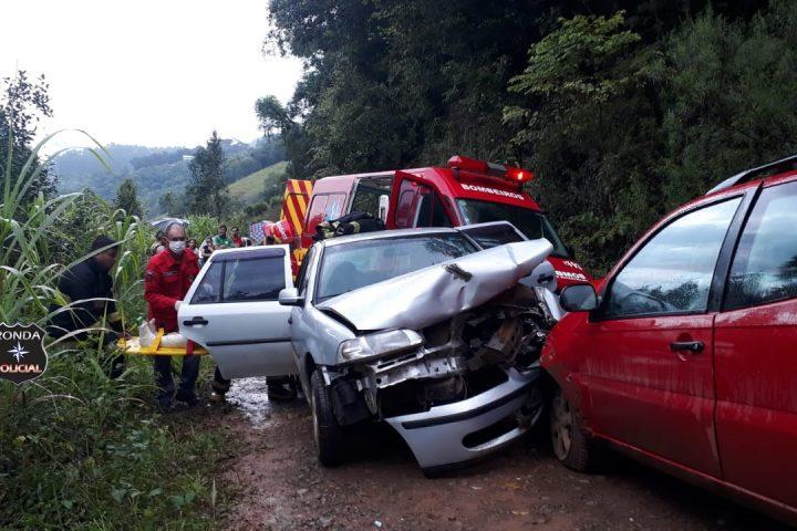 Três pessoas ficam feridas em acidente de trânsito