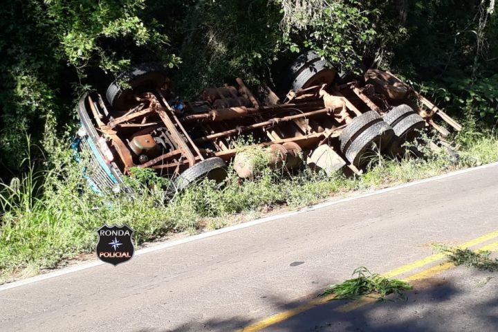 Tombamento de caminhão deixa trânsito lento na SC-283