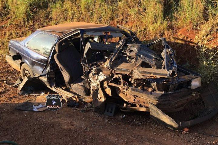 Mulher fica presa às ferragens e carro destruído em grave acidente em comunidade rural