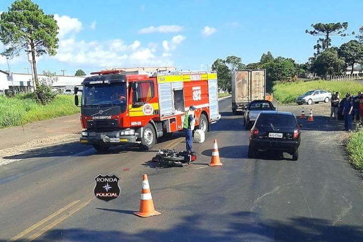 Violenta colisão entre carro e moto deixa jovem gravemente ferido na BR-282