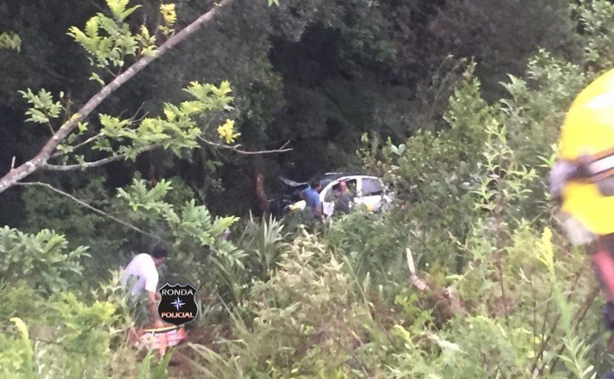 Carro despenca em ribanceira a margem da 282 e cinco pessoas ficam feridas