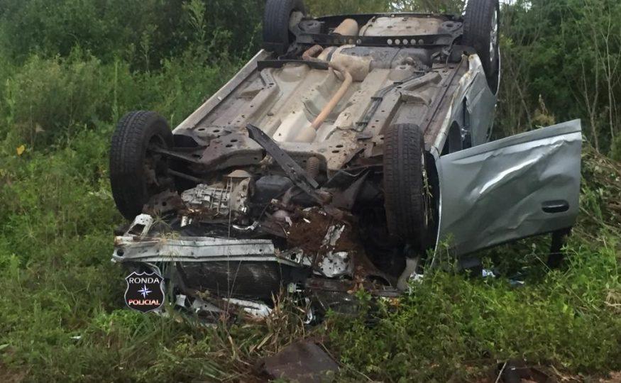 Três pessoas são encaminhadas ao hospital após carro capotar a margem da 282 em Ponte Serrada