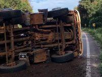 Fotos e vídeo: Tombamento de caminhão deixa motorista ferido leve e causa lentidão na BR-282 em Ponte Serrada