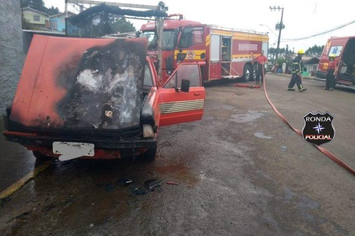 Bombeiros combatem incêndio em caminhonete