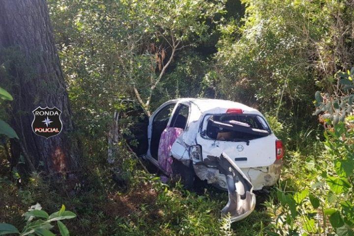 Carro é arremessado contra barranco após ser atingido por carreta