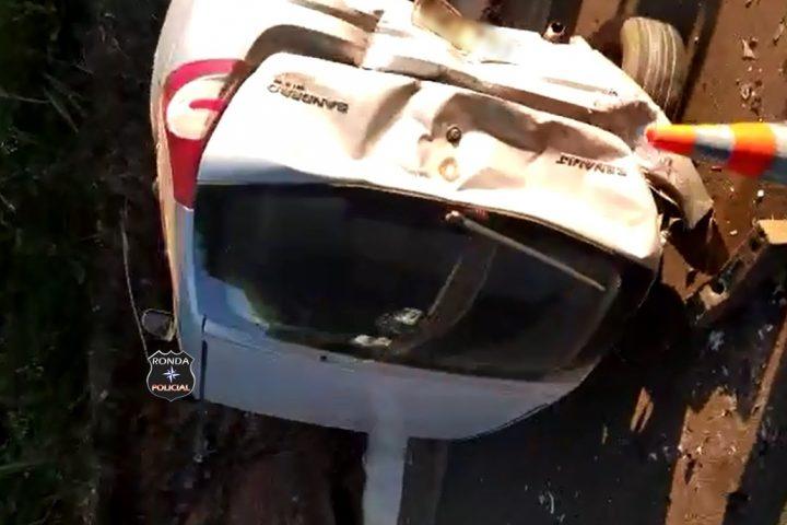Veículo capota após colisão na BR-282