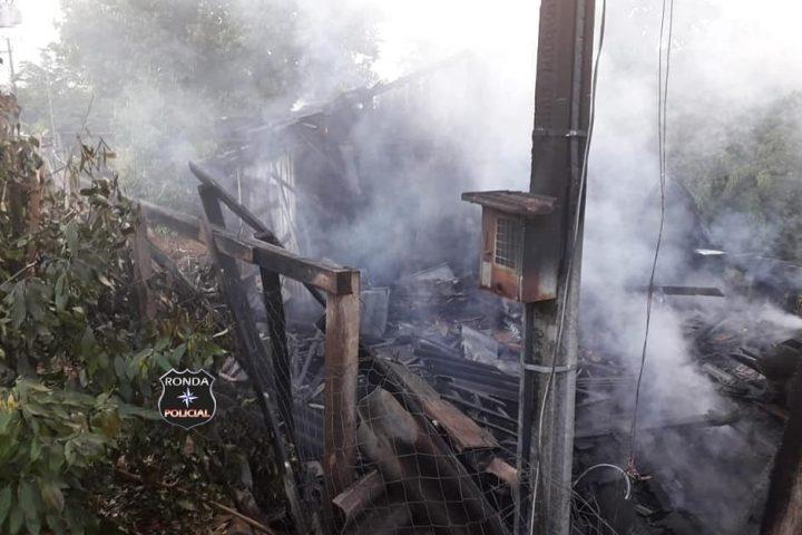 Duas pessoas morrem carbonizadas durante incêndio em residência