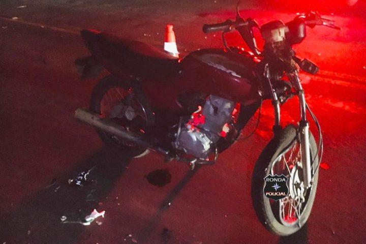Duas pessoas ficam gravemente feridas em colisão envolvendo motocicletas durante a noite