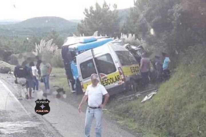Bombeiros de Faxinal e Ponte Serrada auxiliam em grave acidente entre van e carreta na BR-153
