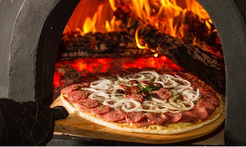 Sabor e cheirinho de pizza a lenha é na Empório Pizzaria