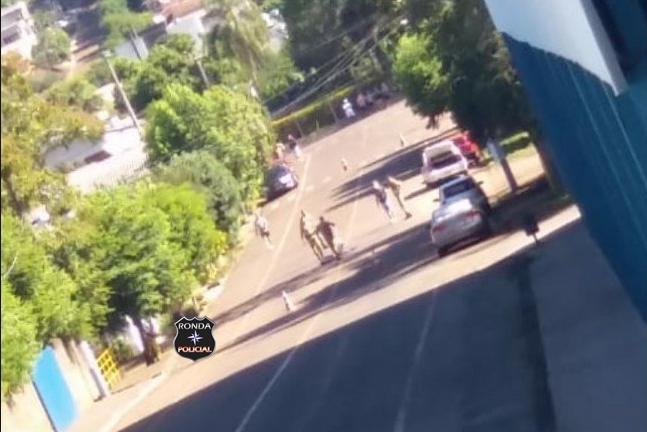 Homem morre baleado após investir com facão contra policiais no Oeste