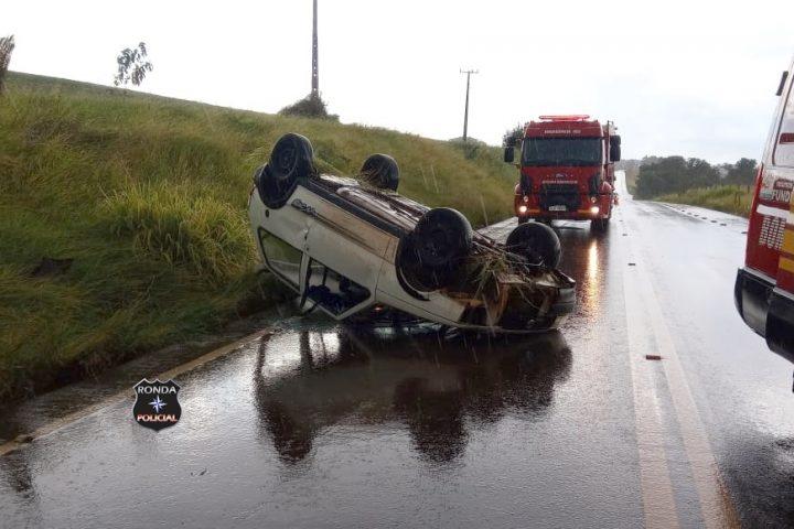 Capotamento de veículo deixa duas pessoas feridas na SC-480