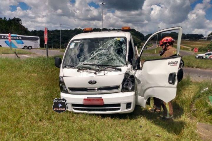Motorista fica ferido em violenta colisão entre camionete e carreta na 282