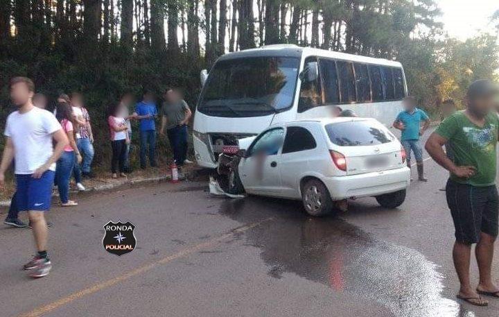 Crianças ficam feridas em violeta colisão entre carro e ônibus