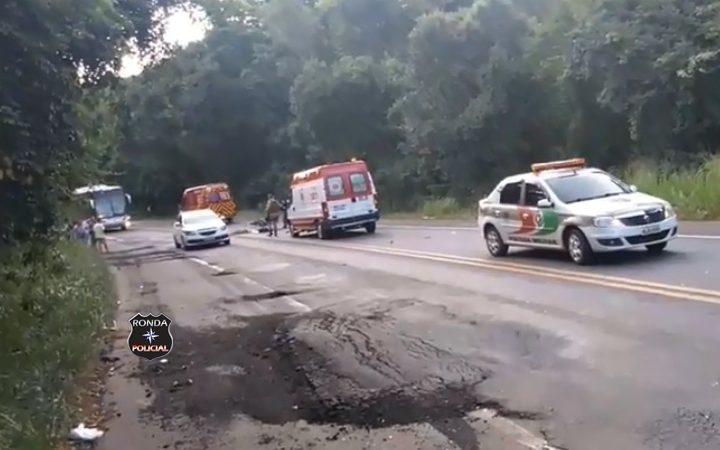 Jovem morre em grave acidente entre moto e caminhão na BR-282