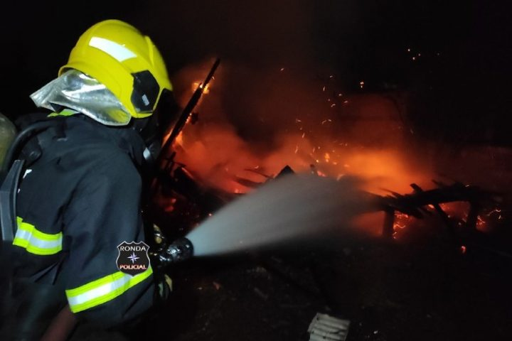 Bombeiros combatem Incêndio em barracão no interior de Ouro Verde