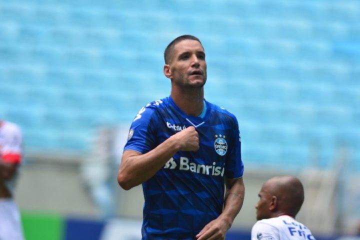 Grêmio toma susto, mas vence São Luiz de virada na Arena sem torcida