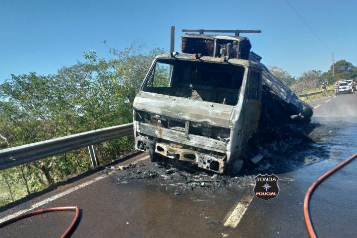 Caminhão é consumido pelo fogo a margem de rodovia no Oeste