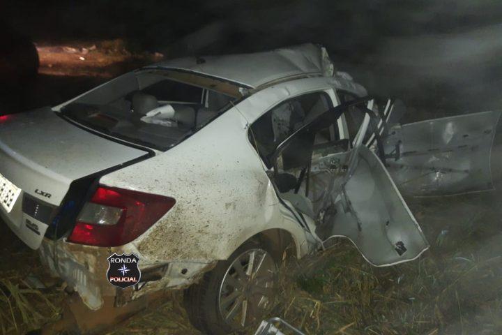 Jovem é ejetado e carro parte ao meio em grave acidente durante a madrugada na 282