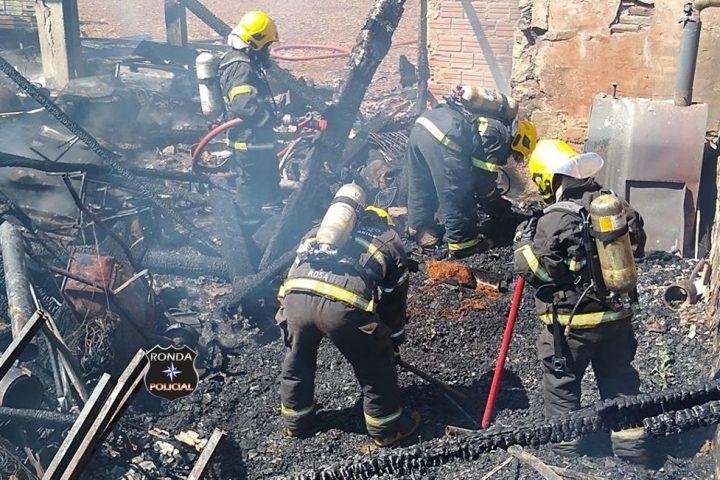 Criança morre carbonizada no Oeste após ser trancada dentro de residência pelo padrasto que ateou fogo no imóvel