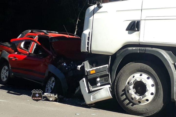 Idoso morre em violenta colisão frontal entre camionete e carreta na tarde desta Sexta-feira Santa
