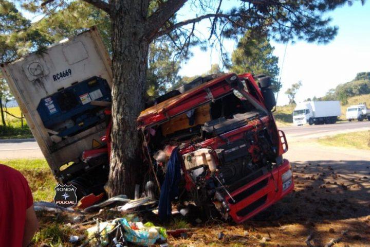 Grave acidente envolvendo carreta e caminhão mobiliza Corpo de Bombeiros na manhã desta quinta-feira