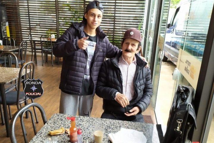 Adolescente salva idoso que se engasgou com lanche