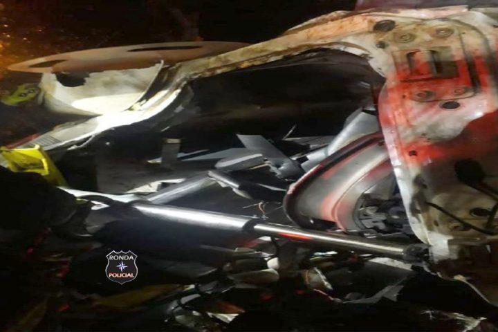 Motorista de caminhão guincho fica preso às ferragens após acidente durante a noite