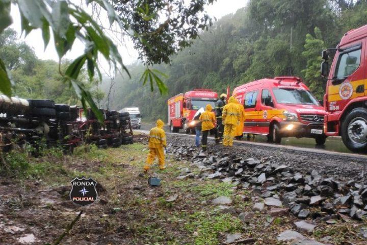 Caminhoneiro precisou ser removido da cabine após tombamento de carreta na 282