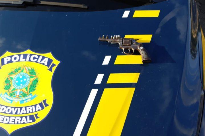 PRF prende motorista armado na BR 153
