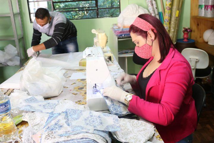 Passos Maia aproveita mão de obra de servidores para fazer máscaras à população