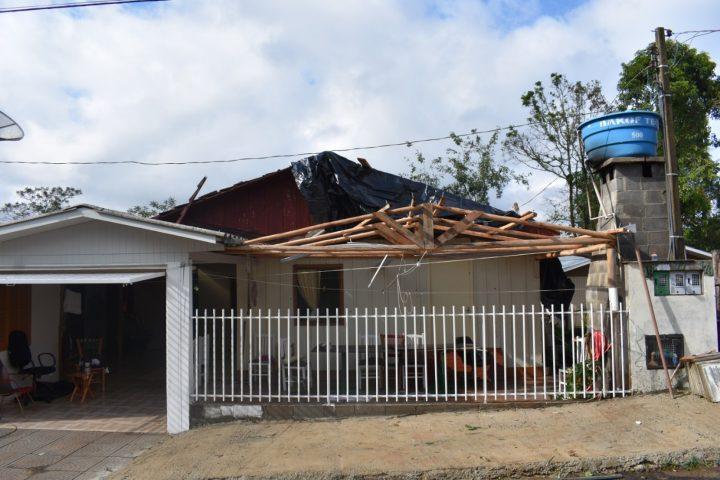 Temporais isolados causam quedas de árvores e destelhamentos no Oeste