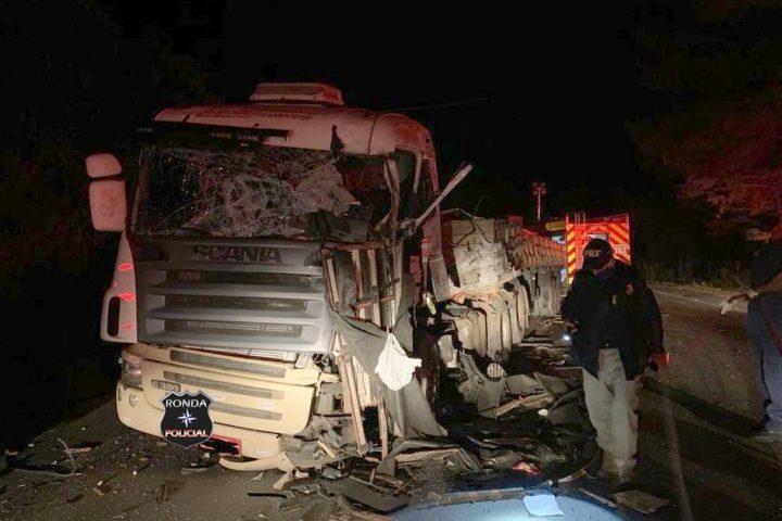 Caminhoneiro morre em grave acidente durante a noite no Oeste