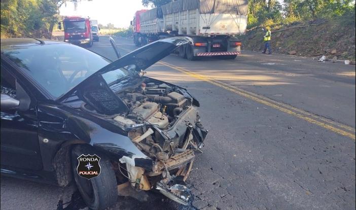 Mulher fica ferida em acidente e transito fica lento na 282