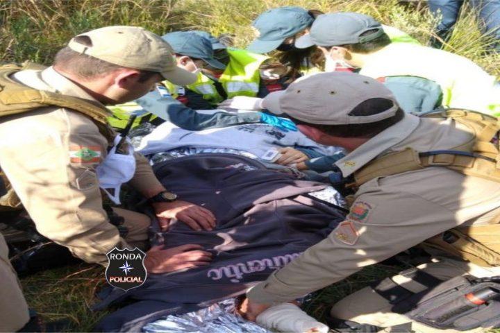 Mais de 12 horas após sofrer acidente de moto, policial é encontrado com graves ferimentos a margem de rodovia