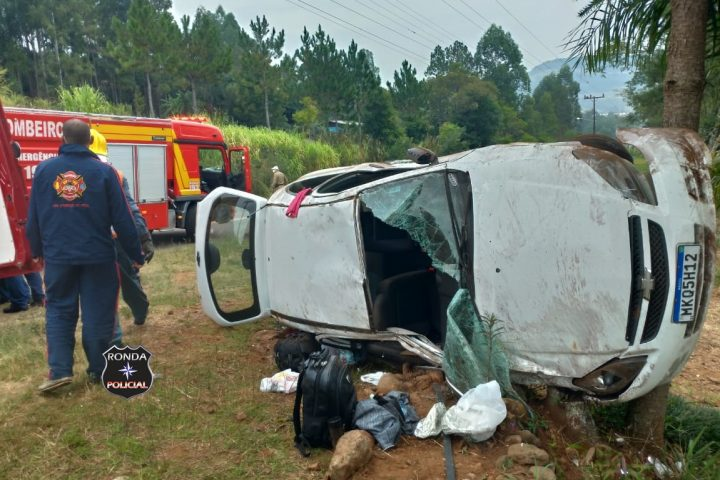 Duas pessoas ficam feridas em capotamento de carro em comunidade rural