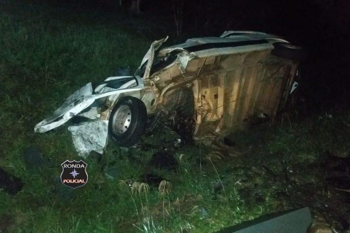 Motorista de van fica preso às ferragens em grave acidente na 282