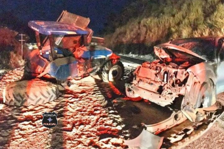 Grave acidente entre trator agrícola e camionete é registrado no Oeste