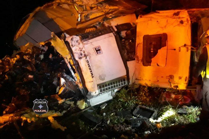 Caminhoneiro fica ferido em capotamento registrado durante a noite na SC-480