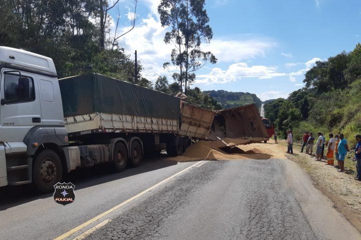 Tombamento de carreta deixa trânsito lento na BR-163