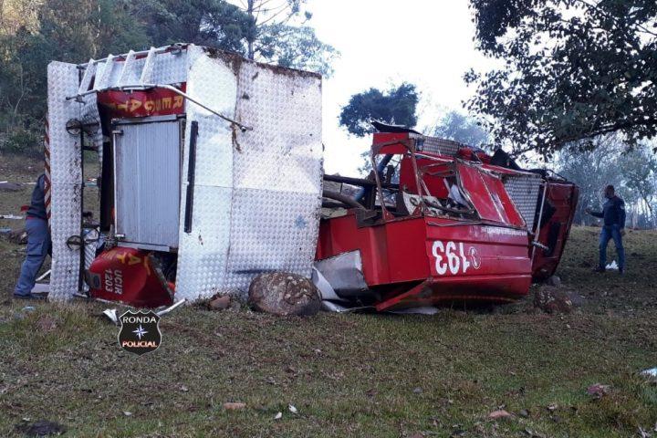 Bombeiros ficam feridos ao capotar caminhão de combate a incêndio durante a madrugada