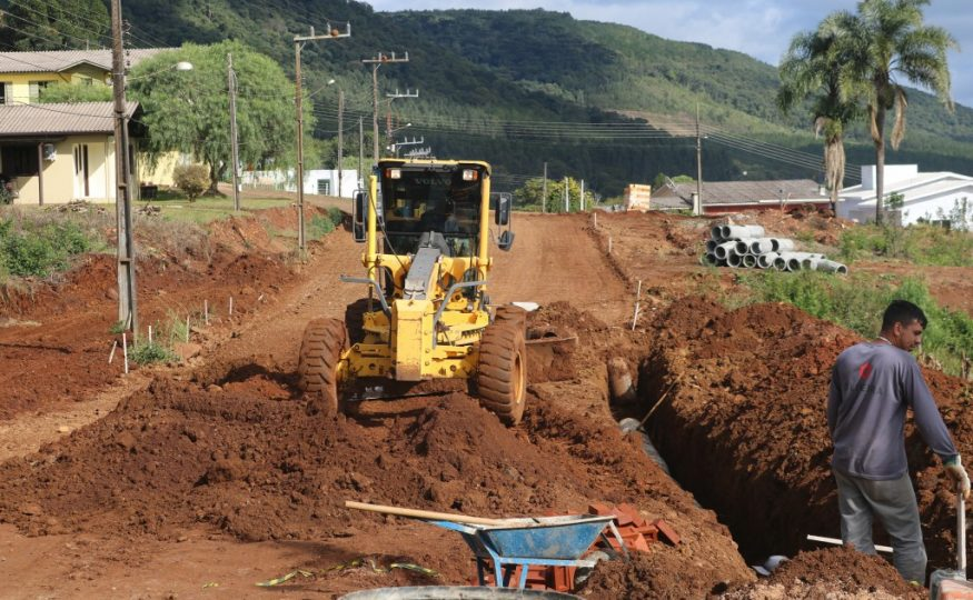 Pavimentação asfáltica é iniciada em mais uma rua em Passos Maia