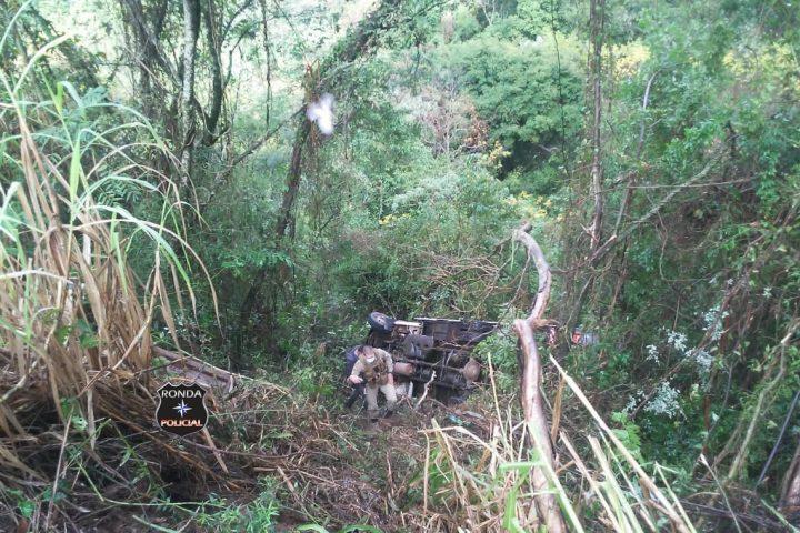 Caminhão despenca em ribanceira após caminhoneiro perder o controle da direção