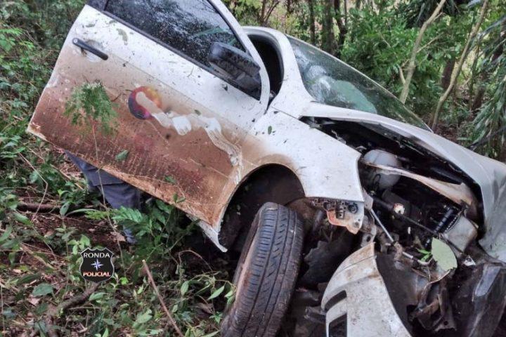 Mulher fica ferida após carro sair da pista e colidir em árvore