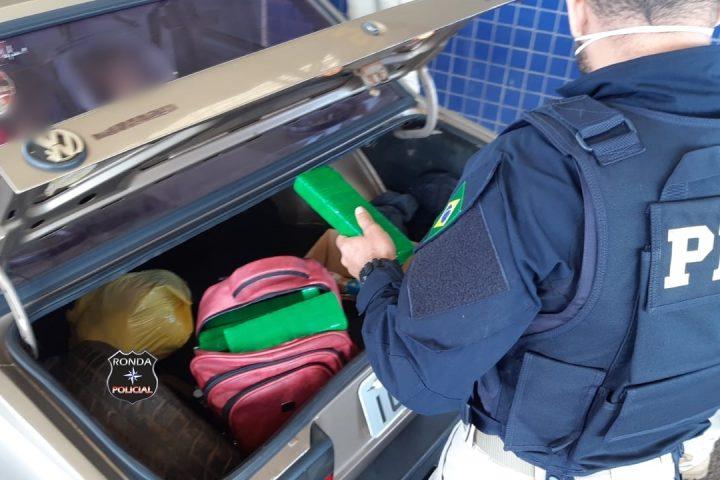 PRF apreende 15 kg de maconha em veículo ocupado por três adultos e duas crianças no Oeste