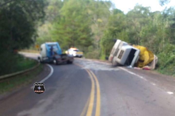 Duas pessoas ficam feridas em tombamento de caminhão no Oeste