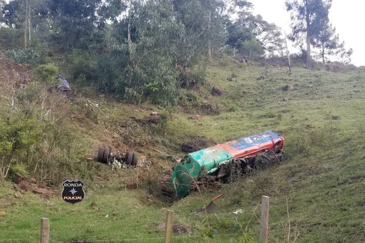 Caminhão de combustível despenca em ribanceira e rodovia é interditada por risco de explosão no Oeste